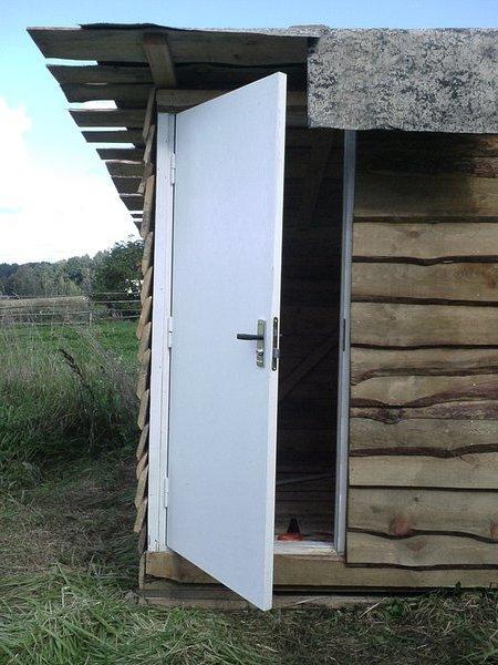 Дверь в курятник должна быть небольшой, но удобный