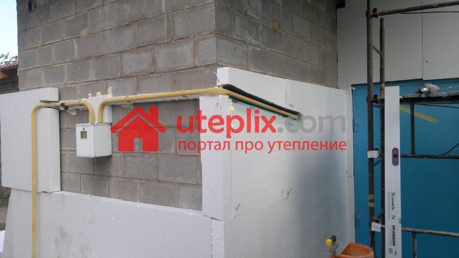 Поклейка пенопласта возле газовой трубы