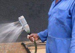 Смочите плиту пенопласта водой