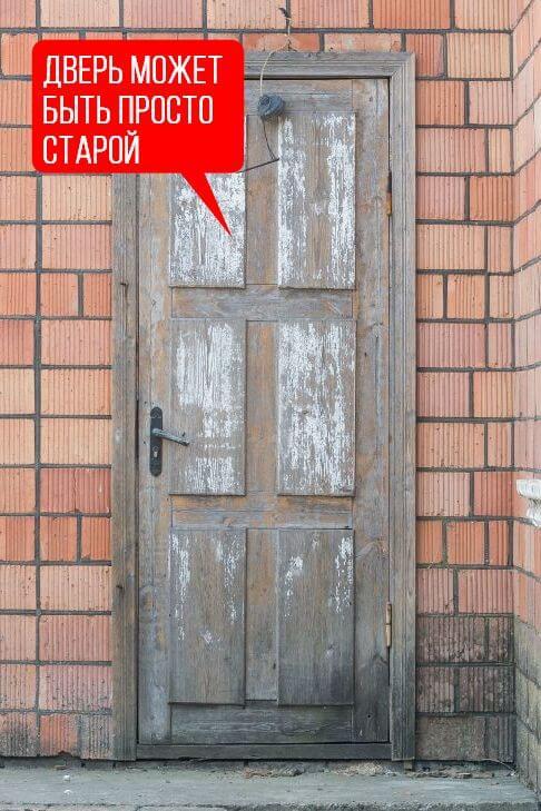 Входная деревянная дверь в частном доме достаточно старая