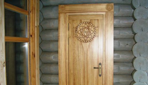 деревянная дверь в частном доме
