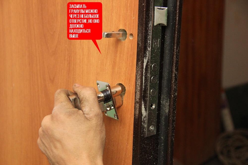 отверстие в металлической двери