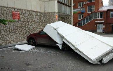 Уфа на автомобиль упал утеплитель