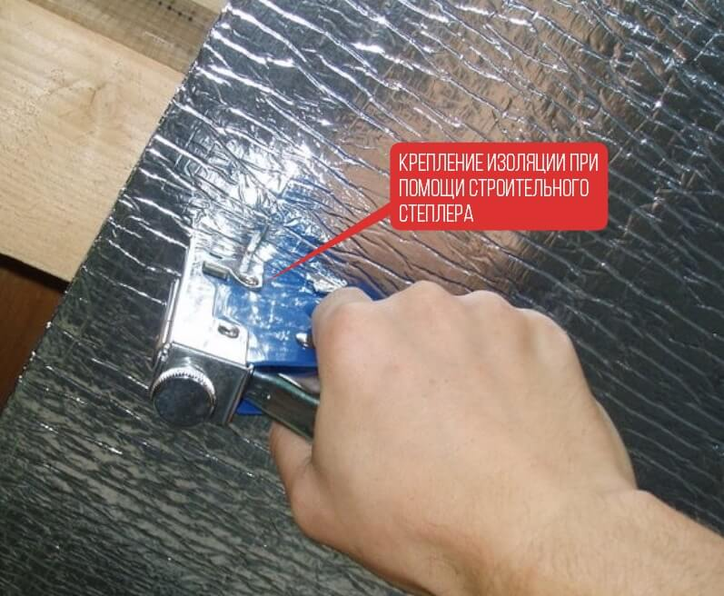 Крепление изоляции при помощи строительного степлера